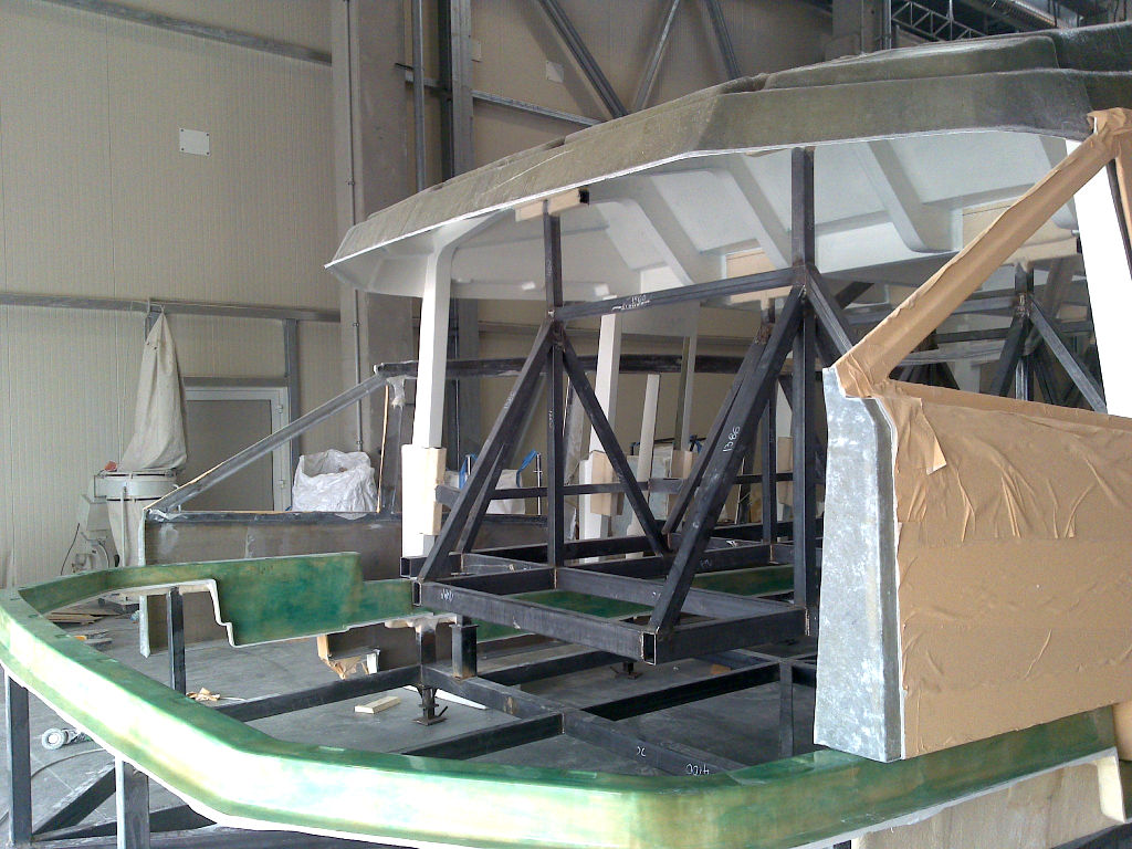 Superstructure; fly bridge; GRP; motor yacht; barca moto; assemblaggio materiali compositi